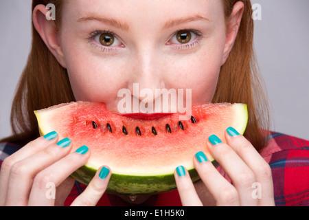 Jeune femme avec tranche de pastèque Banque D'Images