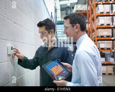 Les travailleurs d'usine et de bureau contrôle de thermostat dans factory