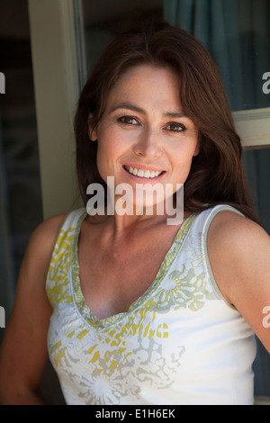 Portrait of young adult woman in doorway Banque D'Images