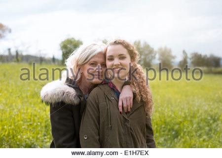 Portrait de Mère et fille adolescente dans le champ Banque D'Images