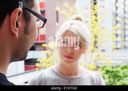 Jeune homme et jeune femme avoir conversation Banque D'Images