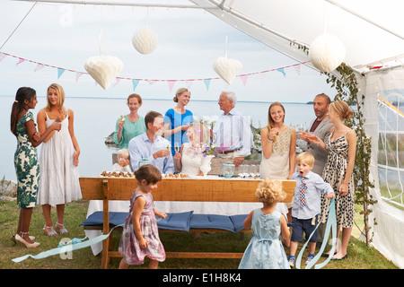 Couple enjoying réception de mariage avec un grand groupe d'amis
