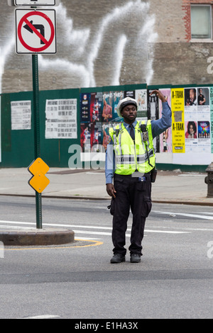 Policier de diriger la circulation à Manhattan, New York City, USA Banque D'Images