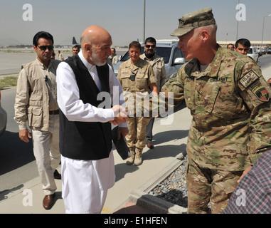 Le lieutenant général de l'armée américaine James L. Terry, à droite, le commandant de la Force internationale d'assistance à la commande mixte, accueille Af