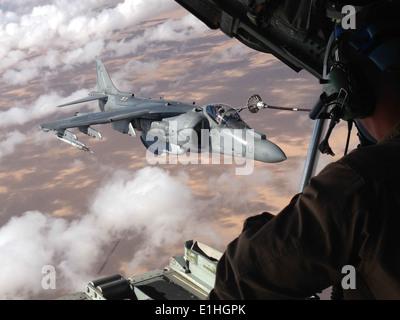 Les croisières au-dessus des nuages au-dessus de Yuma, en Arizona le 11 octobre, un Marine Aviation armes et tactiques tactiques et armes de l'Escadron Charger