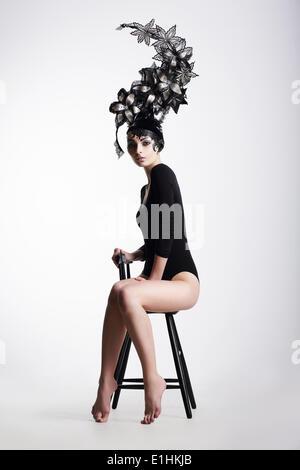 Fantaisie artistique femme portant une coiffe fantaisie extraordinaire Banque D'Images