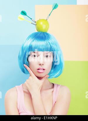 La créativité. Femme aux cheveux bleus peints et Apple sur sa tête Banque D'Images