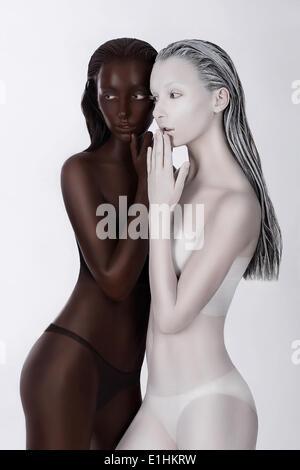 L'origine ethnique. La fantaisie. Les femmes futuriste peint en blanc et noir. Bodypainting Art Banque D'Images