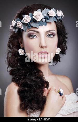 Nymphe. Portrait de véritable Gorgeous Woman in gerbe de fleurs Banque D'Images