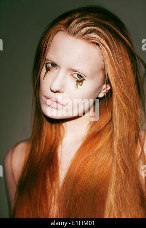 Bodyart. Visage de Femme avec des cheveux rouge fantaisie Stagy créative Art Make-up Banque D'Images