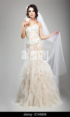 Mode femme en robe blanche holding Wineglass de Champagne Banque D'Images