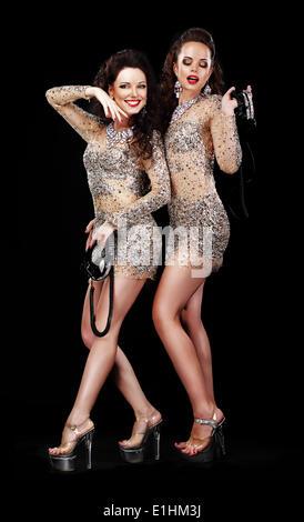 Les performances. Deux femmes en costumes de théâtre heureux Chaussures de plate-forme Banque D'Images