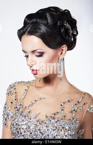 Partie officielle. Superbe mannequin en robe de cérémonie avec des bijoux brillants