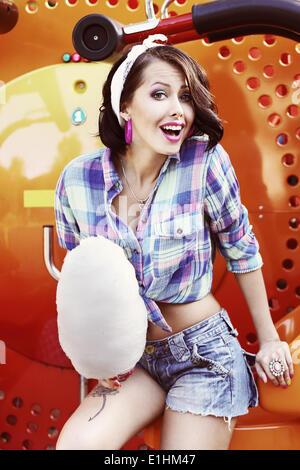 Style de vie. Amusant Funny Girl avec Cotton Candy Smiling Banque D'Images