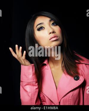 Sentimentalité. Jeune femme élégante en robe rose