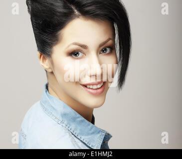 Sourire à pleines dents. Visage de femme sympa ravis avec la peau propre naturel. Fraîcheur Banque D'Images