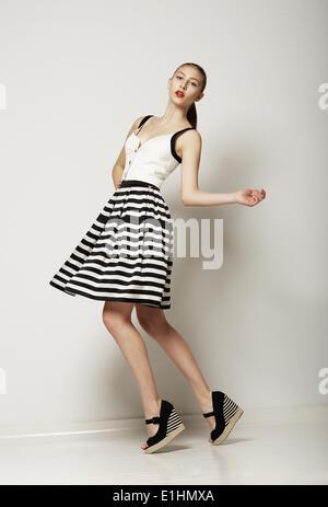 Le modèle de mode. Happy Shopper en contraste gris à rayures jupe. Circulation Banque D'Images