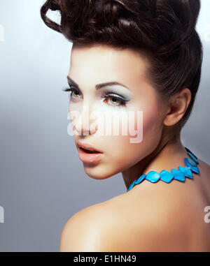 Le teint. Profil de Brunette délicieux fascinant avec maquillage naturel. Raffinement Banque D'Images