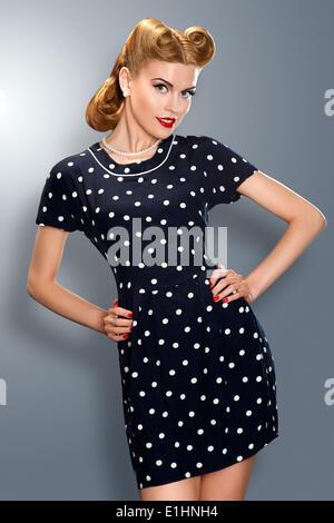 Pin-up vintage retro en robe à l'ancienne en pose romantique Banque D'Images