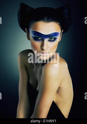 Portrait d'art jeune fille nue spectaculaire théâtral avec maquillage sur son visage studio shot - série de photos Banque D'Images