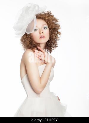 Fille fiancée en robe blanche avec noeud posing Banque D'Images
