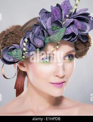 Beauté - Coiffure jeune modèle dans gerbe de fleurs colorées portrait art libre. Série de photos Banque D'Images