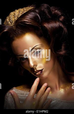 La peinture. La fantaisie. Glamour. Creative gold make-up, soins de beauté visage et fashion style Banque D'Images