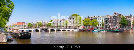 """Le Magere Brug (pont """"Magere Brug"""") à Amsterdam sur la rivière Amstel sur une belle journée ensoleillée"""
