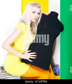 Portrait lumineux de belle blonde avec black mannequin. Studio shot Banque D'Images