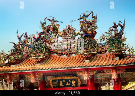 Décoration sur le toit d'un Temple Bishan à Taipei. Banque D'Images
