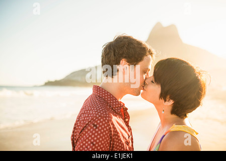 Young couple at sunset, Ipanema Beach, Rio, Brazil Banque D'Images
