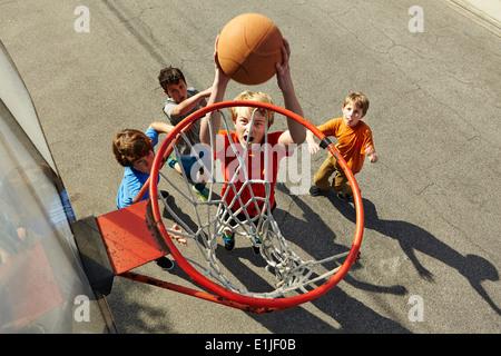 Garçons jouant au basket-ball, high angle Banque D'Images
