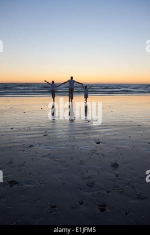 Père et fils walking on beach Banque D'Images
