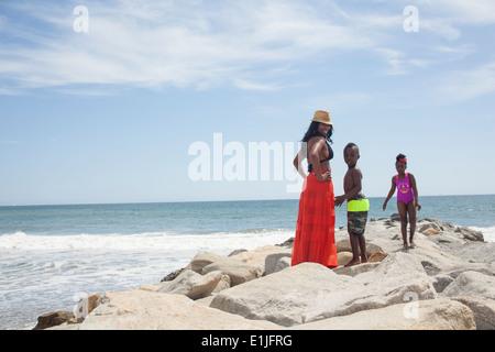 La mère et les enfants bénéficiant d'ocean Banque D'Images