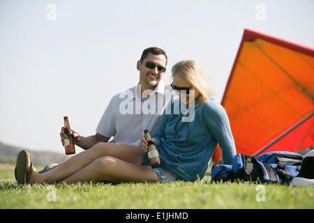Couple avec la bière, le planeur en arrière-plan Banque D'Images