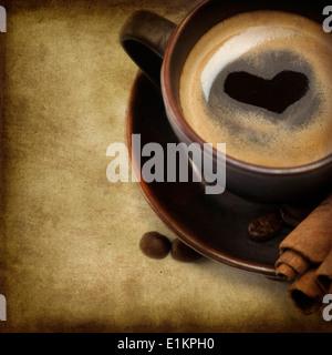 Tasse de café avec coeur Image sur fond blanc (avec l'exemple de texte)