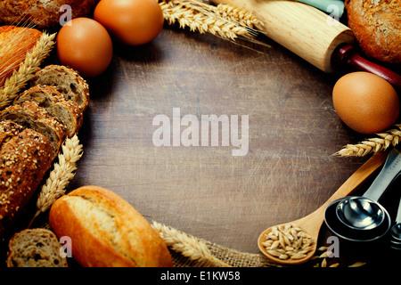 Ingrédients Pain et table en bois sur châssis Banque D'Images
