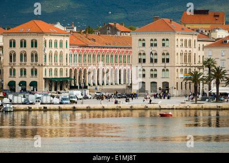 Vue de la mer de la ville et riva de Split en Dalmatie Croatie montrant la prokurative dans Trg Republike
