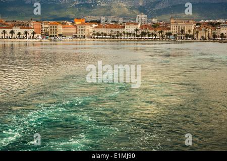 Vue de la mer de la ville et riva de Split en Dalmatie Croatie montrant troubles dans la mer depuis le ferry en partance