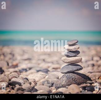 Retro Vintage style hipster billet d'image de fond de la méditation Zen - pile de pierres équilibré close up sur Banque D'Images