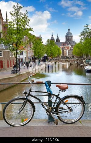 Amsterdam vélo sur le pont-canal, Hollande, Pays-Bas Banque D'Images
