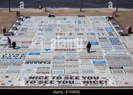 Les slogans de Bruce Forsyth dans la comédie en relief sur la chaussée de la promenade de Blackpool, Lancashire, Banque D'Images