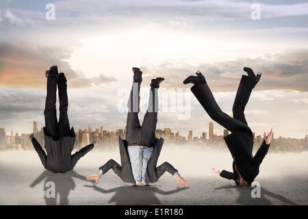 Image composite des gens d'affaires enfoncent la tête Banque D'Images