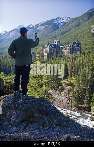 La prise de photo de tourisme Banff Springs Lodge sur smart phone appareil photo. Banque D'Images