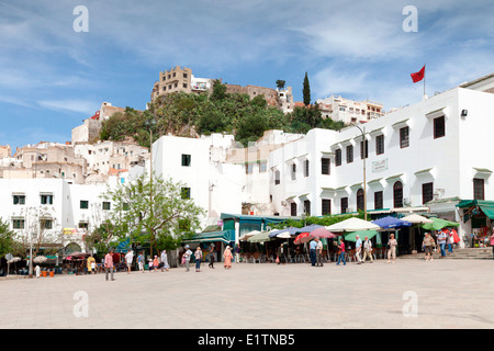 Vue sur les cafés et restaurants de la place principale de la ville de Moulay Idriss près de Meknès au Maroc. Banque D'Images
