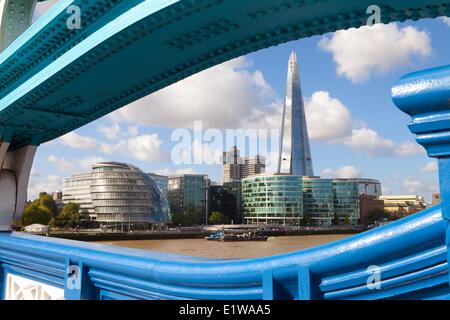 Le Shard building et London City Hall comme vu de Tower Bridge, Londres, Angleterre Banque D'Images