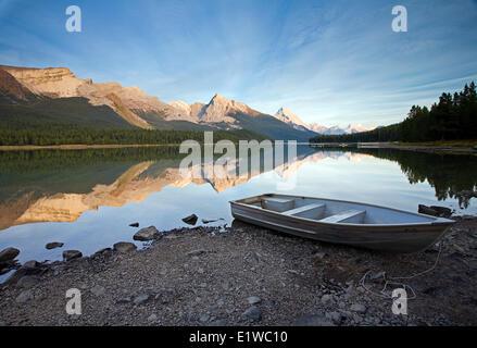 Bateau à rames sur la rive au lac Maligne, parc national Jasper, Alberta, Canada. Banque D'Images