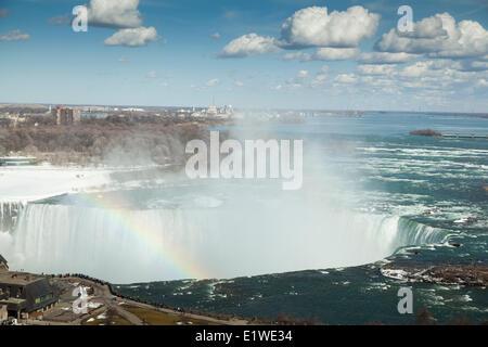 En regardant un arc-en-ciel sur les chutes canadiennes, à Niagara Falls, Queen Victoria Park, Ontario Banque D'Images