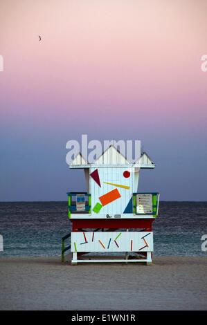 Lifeguard versé sur la plage vide en décembre à Miami Beach, Floride Banque D'Images