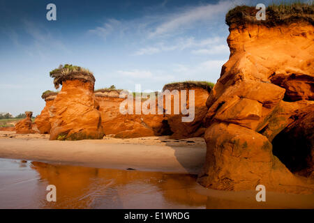 Les rivages et les falaises rouges sculptées sur les Iles de la Madeleine (la Madeleine), Québec, Canada Banque D'Images